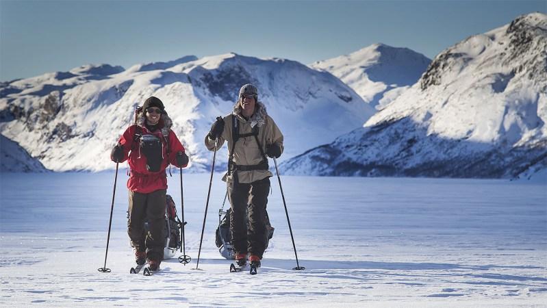 David och Niclas skidar över Gjende. Fotograf: Jakob Altgärde