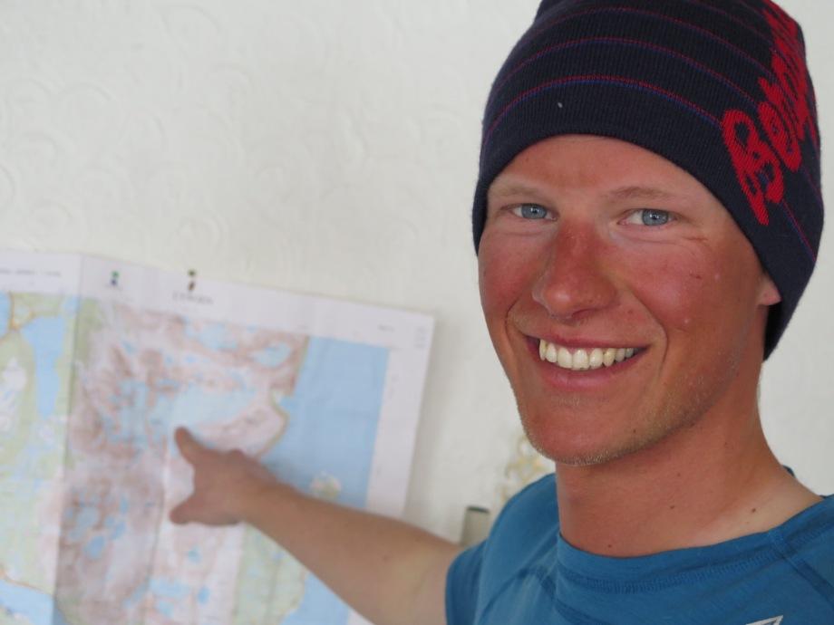 Nöjd Niclas med en karta över Lyngsalperna. Foto: David Erixon