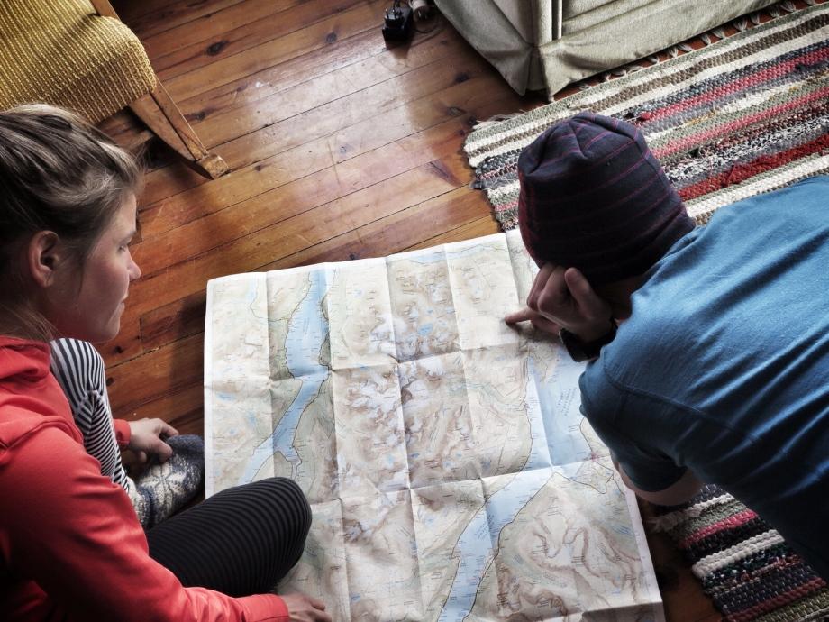 Niclas och Emelie planerar lämplig dagstur. Foto: David Erixon