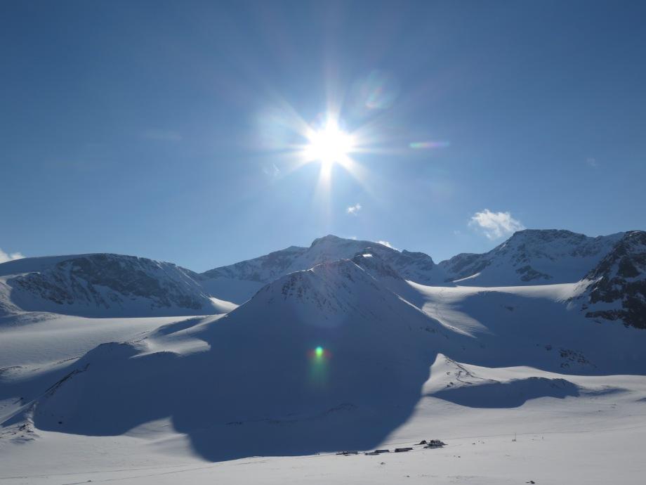 Kebnekaise reser sig i fjärran. Precis hitom reser sig Södra klippberget mellan Storglaciären och Isfallsglaciären. Foto: David Erixon