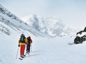 På väg uppför Kittelbäcken. Rännan Rullevara är den högra av de två på berget framför oss.
