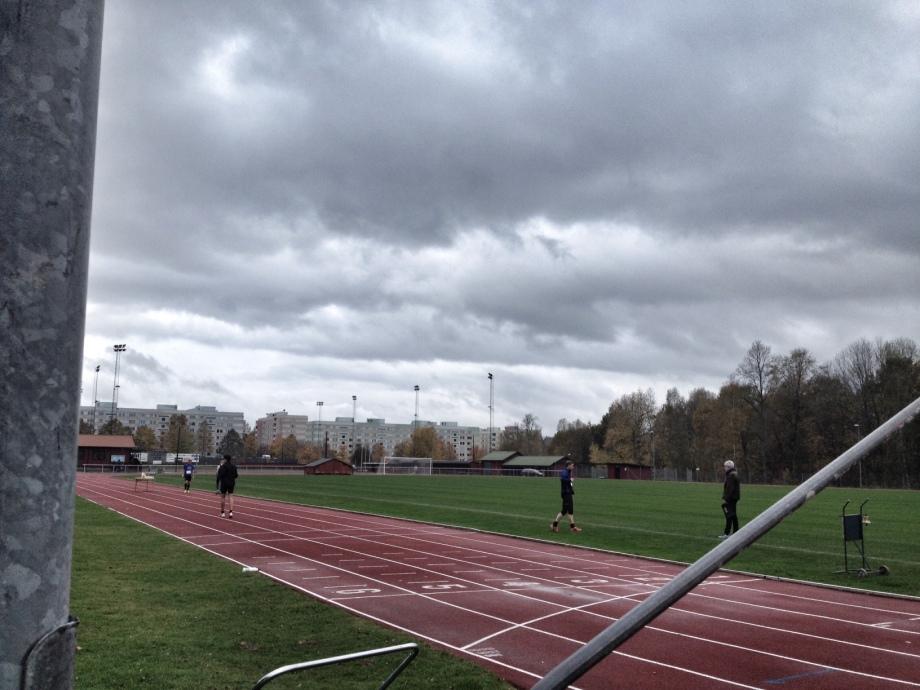 Inte världens bästa löpväder men helt ok. Cirka 12 grader, lätt vind och lätt regn.