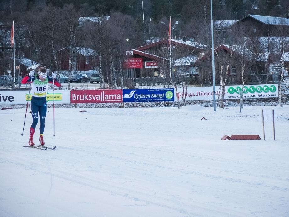 Dagens segrare Johan Olsson spurtar frenetiskt och vinner med en tiondel. Foto: David Erixon