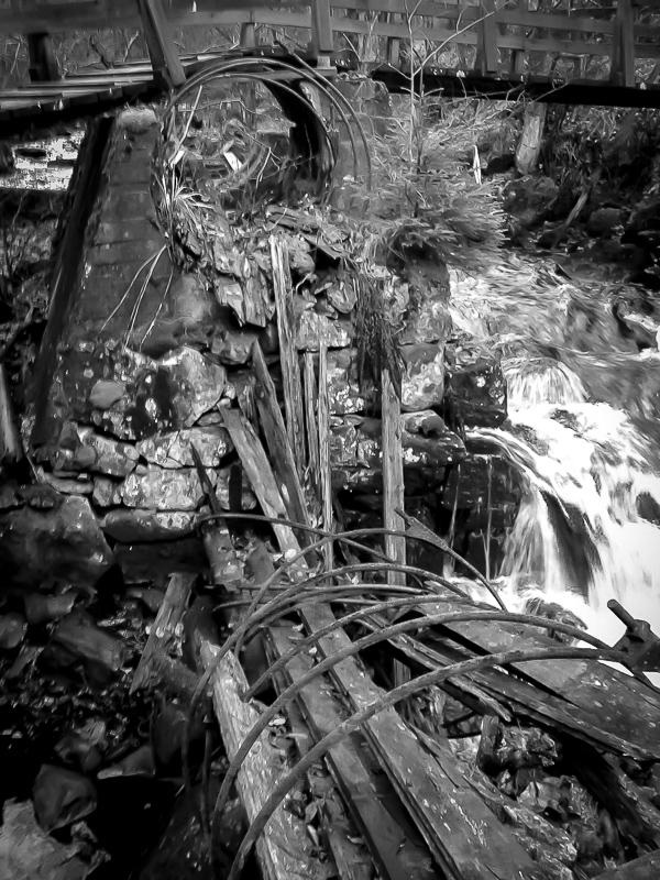 Längs med Tabergsån finns fler kulturminnen i olika skick. Här ses ett gammalt skelett till en vattenledning. Foto: David Erixon