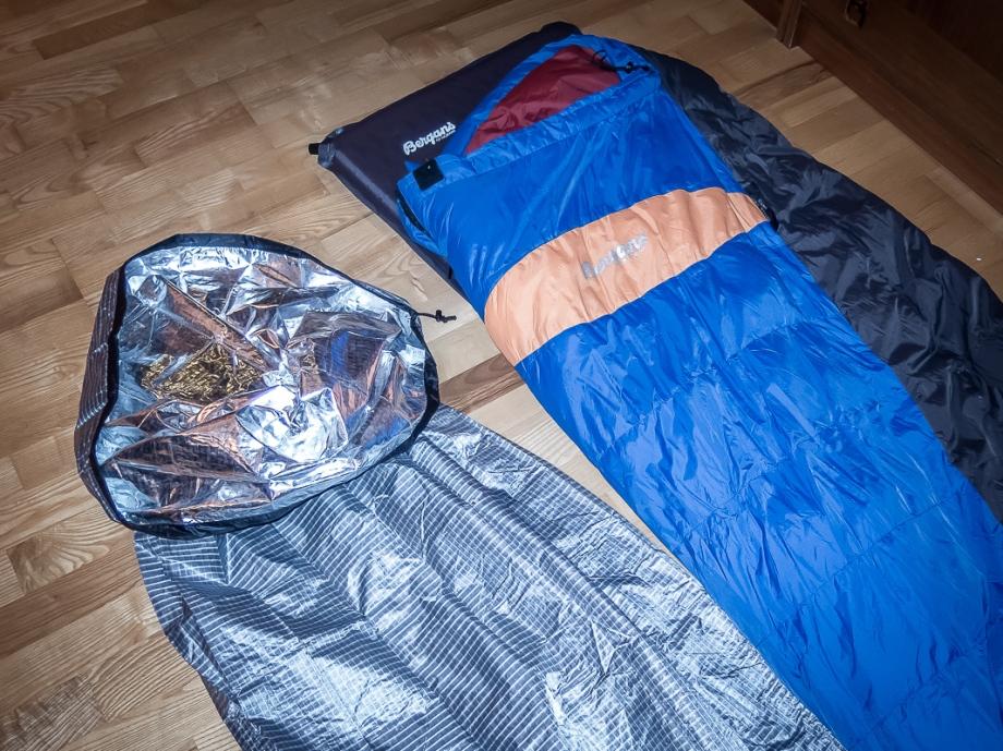 Uppblåsbart liggunderlag, sovsäck( Bergans, Senja zero), fuktspärr(Western mountaineering, hotsac).