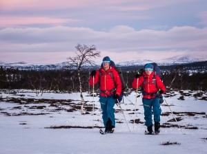 David och Niclas skidar i soluppgång. Foto: David Erixon