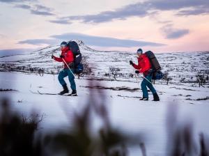 David och Niclas skidar över Långfjället i soluppgång. Foto: David Erixon