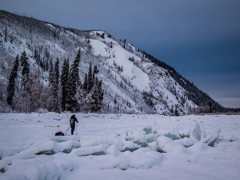 Yukon River frös först till under början av vintern men bröts sedan upp igen innan den återfrös. Det gör att vi stundtals får kryssa oss fram mellan högar av isblock. På engelska kallas det för jumble ice. Foto: David Erixon