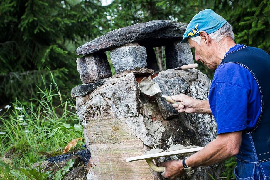 Pappa murar när vi renoverar kolarkojan