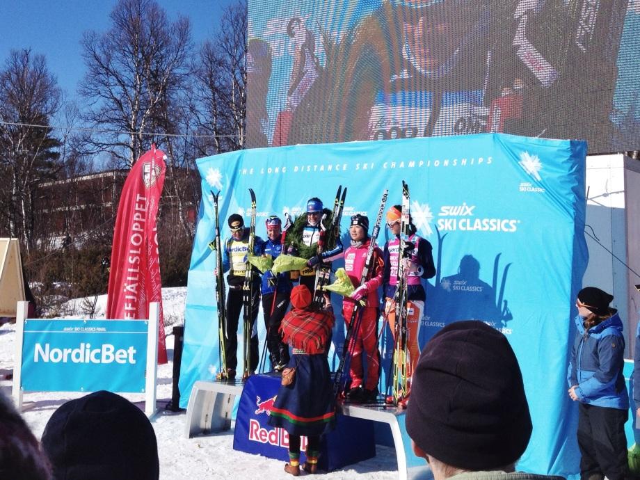 Damernas prispall med segrarinnan Seraina Boner från Schweiz överst på podiet.