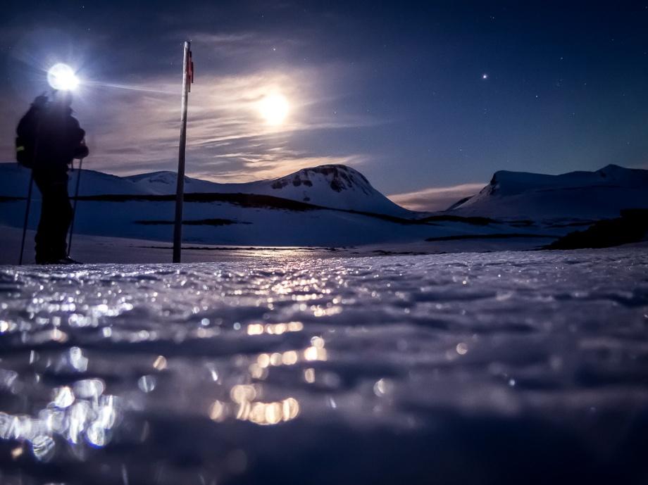 Natt på fjället. Månsken över Ekorrpasset. Ren och skär fjällmagi. Foto: David Erixon
