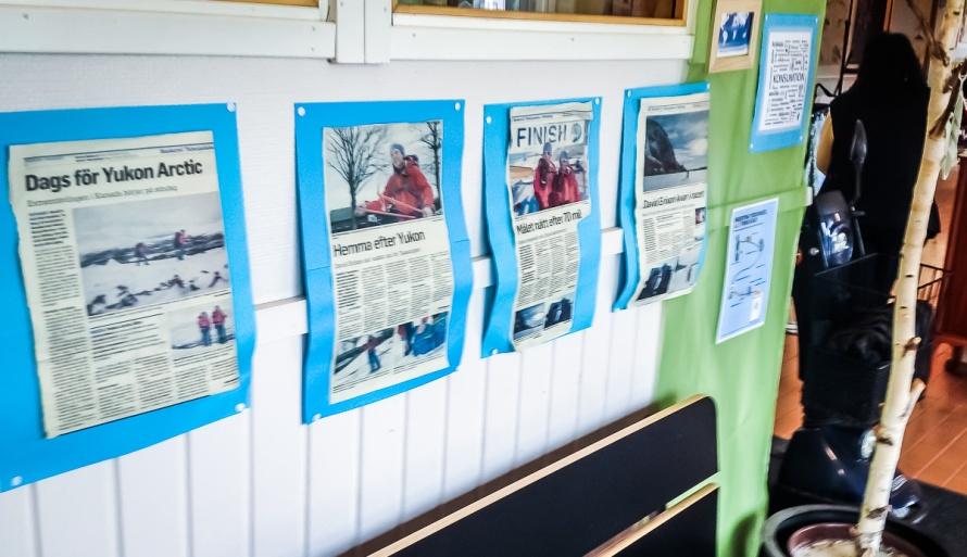 I en av skolans korridorer har man samlat tidningsutklipp från turen. Det var kul att se.