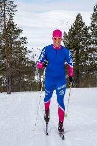 Niclas Bentzer skidar med Salsfjället i bakgrunden. Foto: Mikael Forslund
